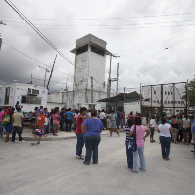 MOTÍN EN LA CÁRCEL DE CANCÚN: Denuncian reos aumento de cuotas y piden cese del alcaide; el conflicto, por el partido México-Brasil, minimiza jefe policiaco