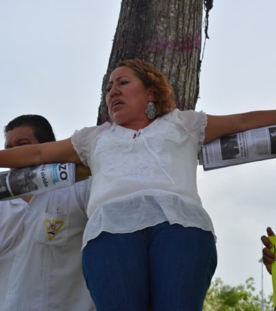 Se 'crucifica' mujer para denunciar supuesto despojo del líder de taxistas en Chetumal