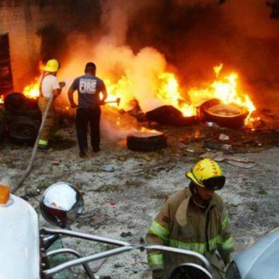 Intensa humareda por incendio en depósito de llantas en Playa del Carmen