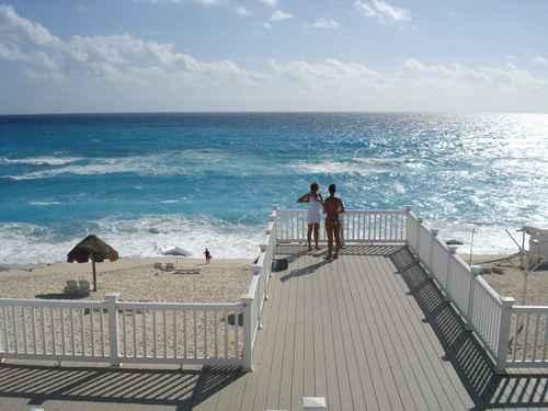 Van por la certificación de Playa Delfines en Cancún