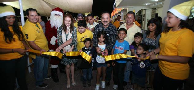 Encienden árbol de Navidad en Cancún e inauguran pista de hielo gratis