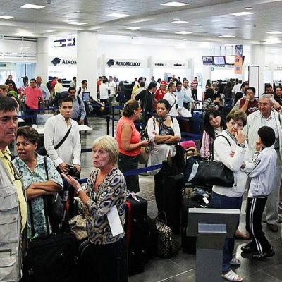 Aseguran en el aeropuerto de Cancún a mujer con 150 mil dólares que pretendía llevar a Panamá