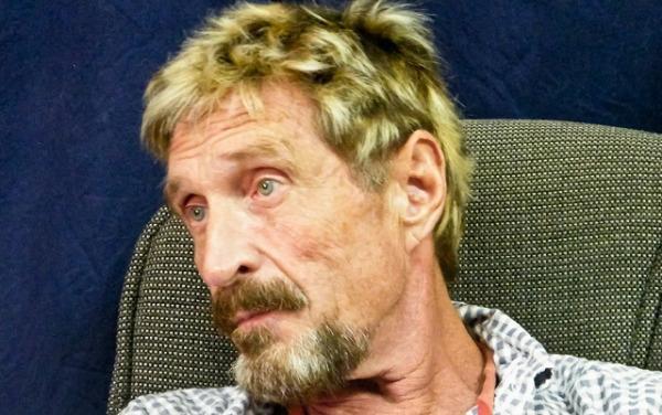Relata empresario John McAfee cómo burló a la policía y huyó de Belice donde se le investiga por crimen
