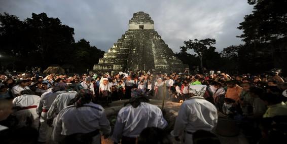No se acabó el mundo, pero turistas causaron daños 'irreparables' en templo de Tikal en el inicio de la 'nueva era' maya