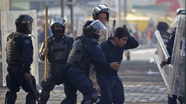 Liberan a 56 de los 69 consignados por disturbios en la toma de protesta de Peña Nieto