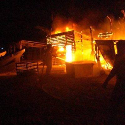 Consume incendio 6 locales en playa de Puerto Juárez