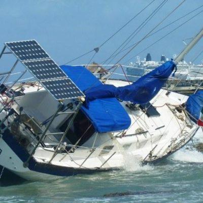 Encalla velero en Cozumel por fuertes vientos