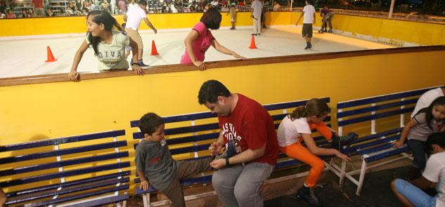 Un éxito la pista de hielo en el Ayuntamiento de Cancún: amplían horario de funcionamiento