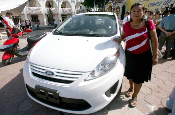 Entrega Alcalde a una contribuyente de la Región 253 el auto de rifa por pago oportuno del predial en Cancún