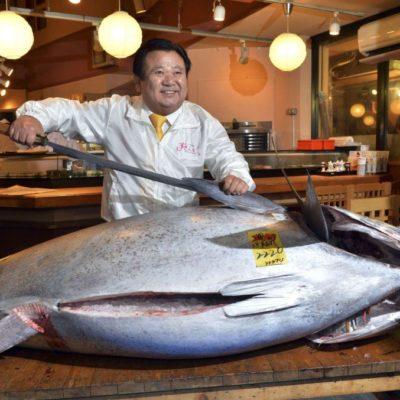 Subastan en Japón por el precio récord de 1.3 mde un atún rojo de 222 kilos