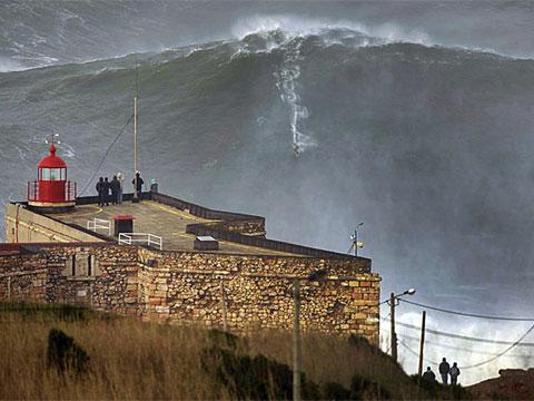 Surfista Garrett McNamara habría impuesto nuevo récord al 'cabalgar' una ola de más de 30 metros