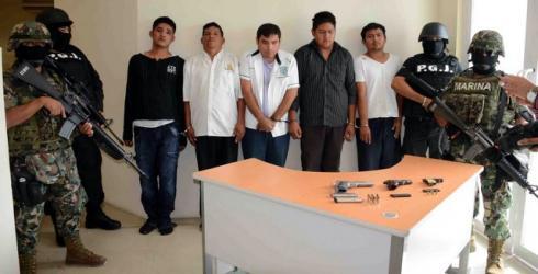 Presentan y encierran a 5 secuestradores del dueño de hotel en Playa: son 'Zetas'