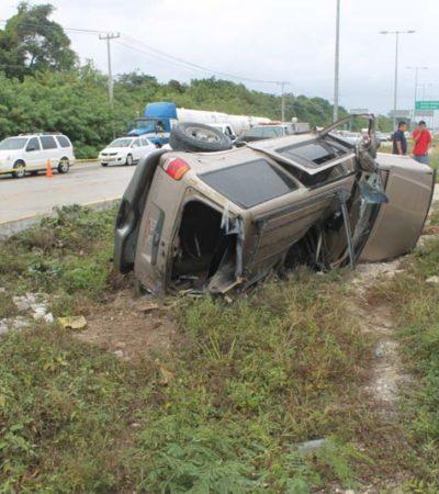 Muere conductor al volcarse en la carretera Puerto Morelos-Cancún