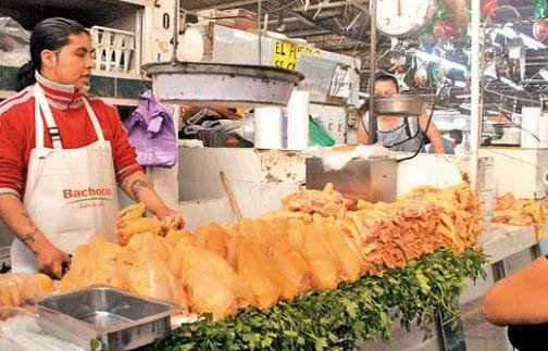 Impone CFC millonaria multa a Bachoco y a otro más por pactar el precio del pollo en Cancún