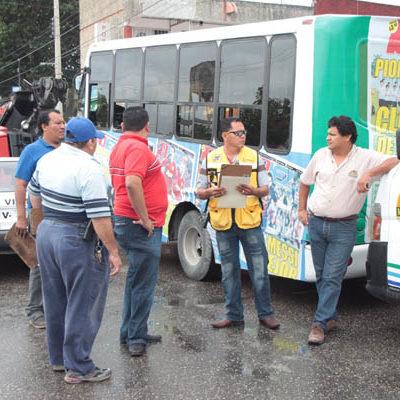 Bloquean taxistas la López Portillo para impedir operativo de transporte en Cancún