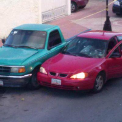 Ejecutan a balazos a 2 personas cuando circulaban en un auto rojo en pleno centro de Cozumel