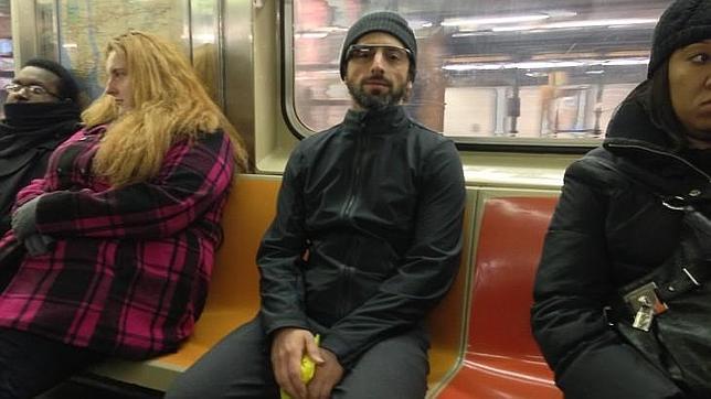 El cofundador de Google prueba las gafas de realidad aumentada en el Metro de NY