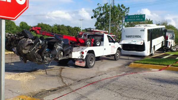 Trágico accidente enfrente del hotel Mayan Palace: choca autobús contra auto y mueren 4 personas
