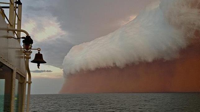 Un 'tsunami' de polvo pega en la costa australiana provocado por el ciclón 'Narelle'