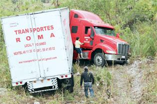 Por pestañazo, se vuelca trailer cerca de Huay-Pix