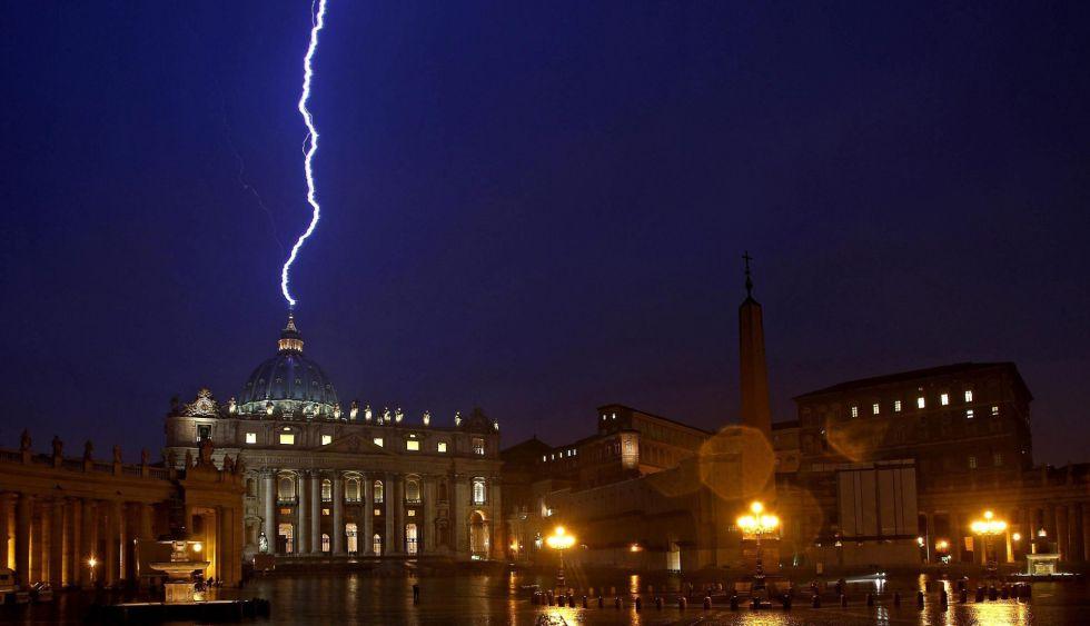 """Escándalos e intrigas de poder precipitaron la renuncia del Papa: Benedicto """"no pudo con la maquinaria política del Vaticano"""""""