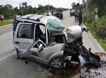 Un muerto y un herido en aparatoso choque en la carretera Bacalar-Chetumal