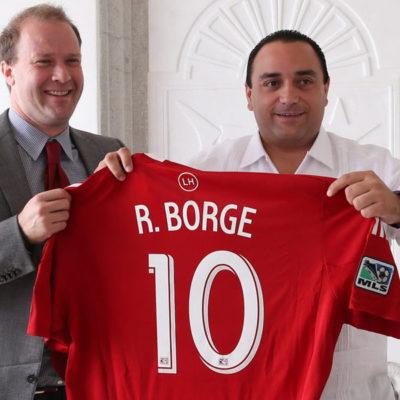 Anuncia Borge nuevo acuerdo publicitario, ahora con equipo de futbol de Texas