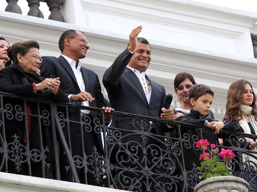 Logra Rafael Correa aplastante reelección en Ecuador
