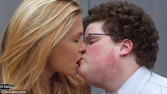 VERSIÓN SIN CENSURA: El cachondo beso del comercial de Bar Refaeli en el Super Bowl (lo que no se vio en TV)