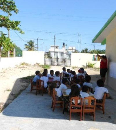 Arrastran rezago de aulas: niños de kinder toman clases al aire libre en Chiquilá