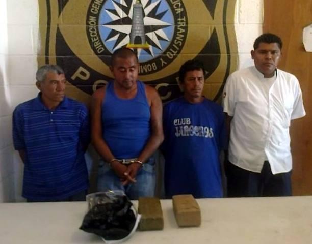 """Cae otro taxista de Cancún junto con 3 pescadores de Isla Mujeres con más de cuatro kilos de marihuana y 18 """"pelotas"""" de cocaína"""
