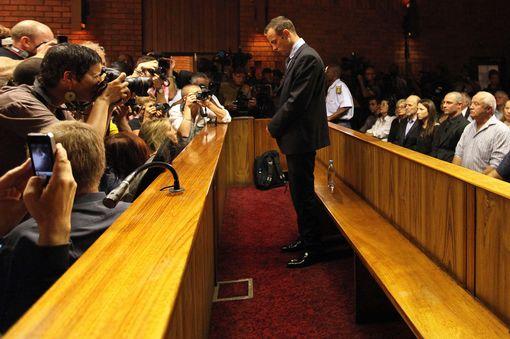 Sale atleta Oscar Pistorius bajo fianza, pero seguirá juicio por asesinato de su novia