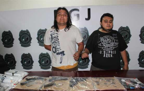 Detienen en Cancún con armas y drogas a 2 operadores de 'Los Pelones' en Tulum