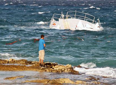 Hunde y despedaza oleaje un catamarán en Cozumel