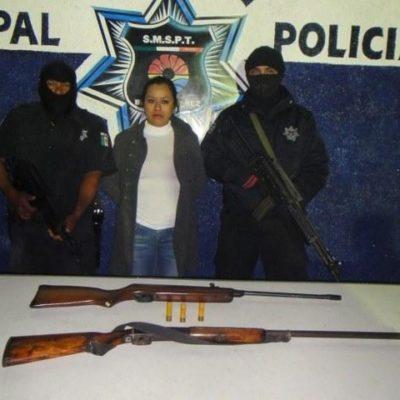 De armas tomar: Detienen en Cancún a mujer con 2 escopetas para darle un 'susto' a su infiel pareja