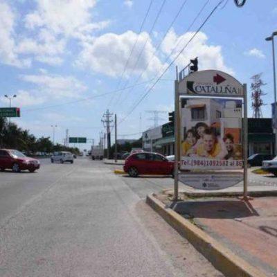 Colocan anuncios en banquetas y espacios públicos de Playa: obstruyen paso a peatones y visibilidad a automovilistas