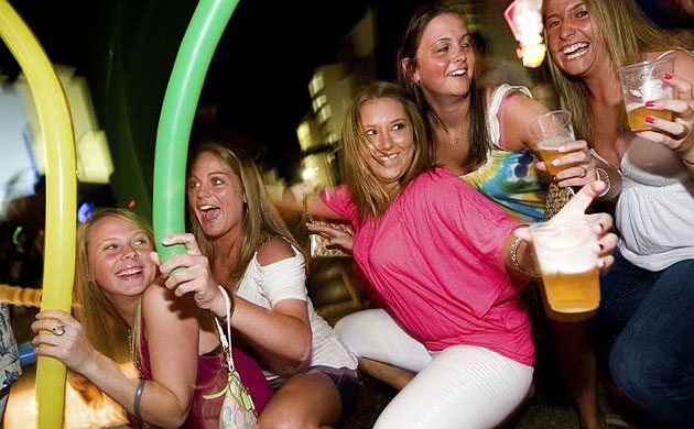 Violaciones a 'springbreakers', por consumo de alcohol, dice jefe policiaco de Cancún