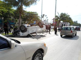 Por exceso de velocidad, vuelcan empleados de Fonatur en Zona Hotelera