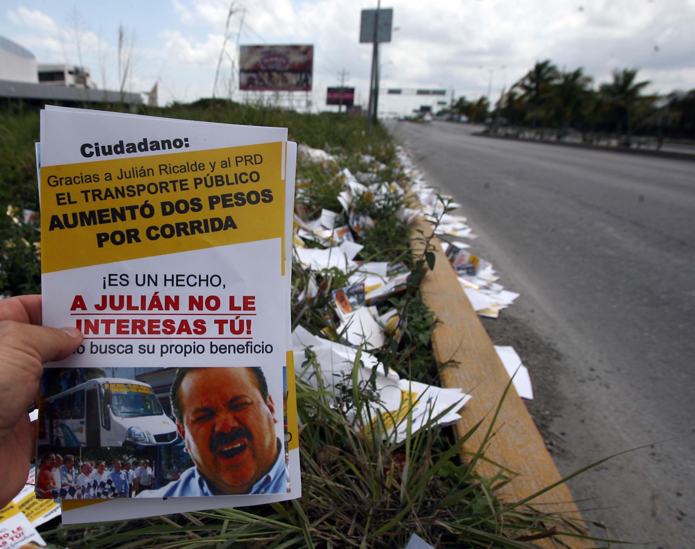 'GUERRA SUCIA' POR EL TRANSPORTE: Distribuyen y tiran en las calles de Cancún miles de panfletos para acusar a Ricalde del aumento del pasaje