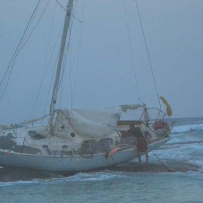 Procedente de EU, encalla en Tulum veleron con armas; detienen a 2 personas