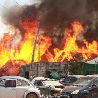 INCENDIO EN CARRILLO PUERTO: Consume el fuego 5 viviendas y 4 vehículos