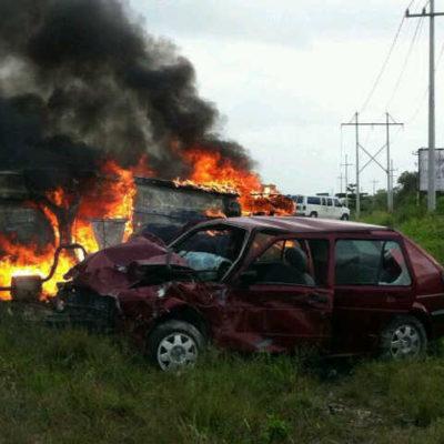 TRÁGICO ACCIDENTE CERCA DE XUL-HÁ: Chocan vehículos y muere conductor calcinado; en el hospital, mueren policía y su esposa; 2 heridos