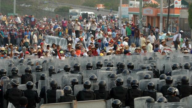 CONJURAN ENFRENTAMIENTO EN LA AUTOPISTA DEL SOL: Se repliegan policías y los maestros avanzan para terminar bloqueo