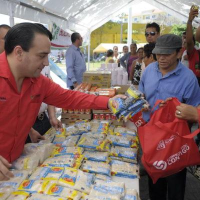 PROSELITISMO DE BORGE: En pleno proceso electoral, el Gobernador se viste de rojo y acude a Cancún a entregar despensas
