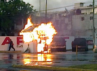 Consume incendio 'pluma' de acceso al estacionamiento del Palacio de Gobierno en Chetumal