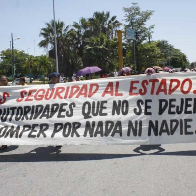 Marchan maestros en Cancún contra el desvío de cuotas y la reforma educativa