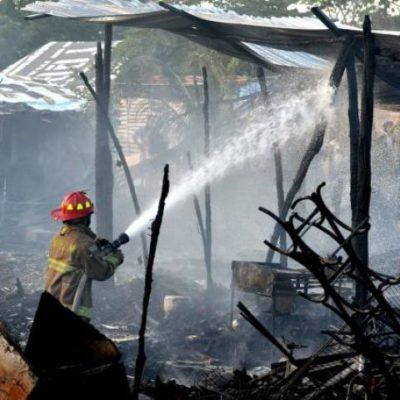 Consume incendio 5 palapas en la colonia irregular 'La Jungla' de Cancún