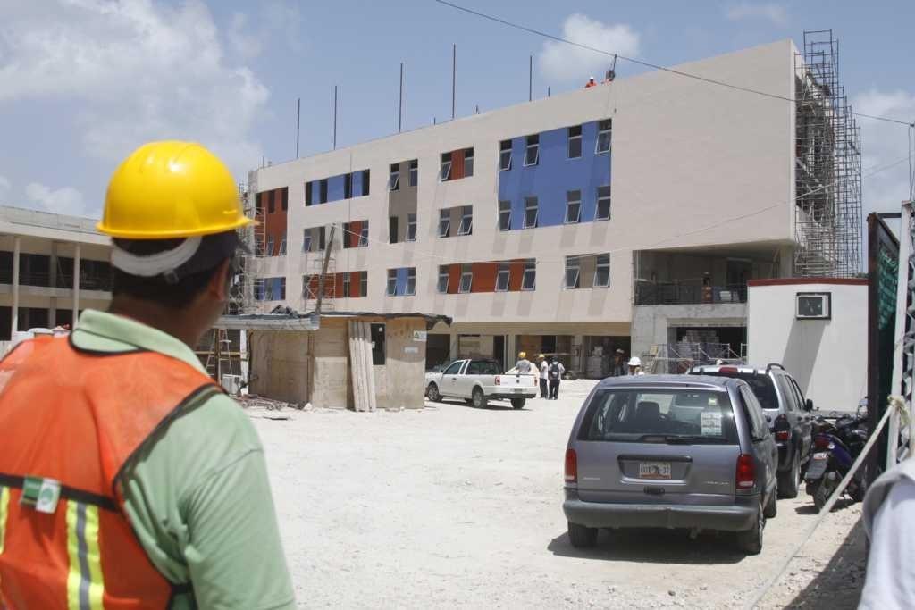 Cae albañil de una altura de 12 metros y salva la vida; clausuran construcción