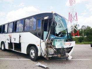 Choque de Mayab contra camioneta en carretera rumbo a FCP deja un muerto y 3 heridos