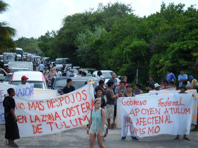 Protestan con cierre de carretera Tulum-Boca Paila por desalojo masivo de predios costeros en zona turística de Punta Piedra; detienen a 23
